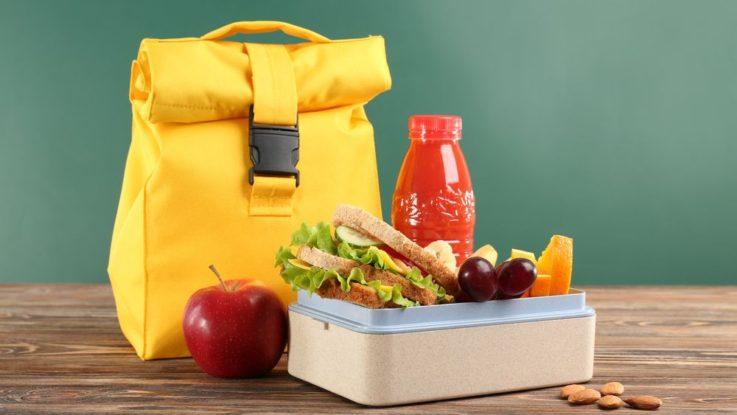 Jídlo a tekutiny do letadla - co si s sebou můžete vzít a co nikoliv?