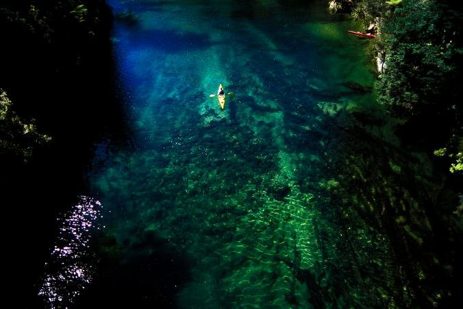 Pohled na kajakáře v Abel Tasman National Park, www.nationalgeographic.com