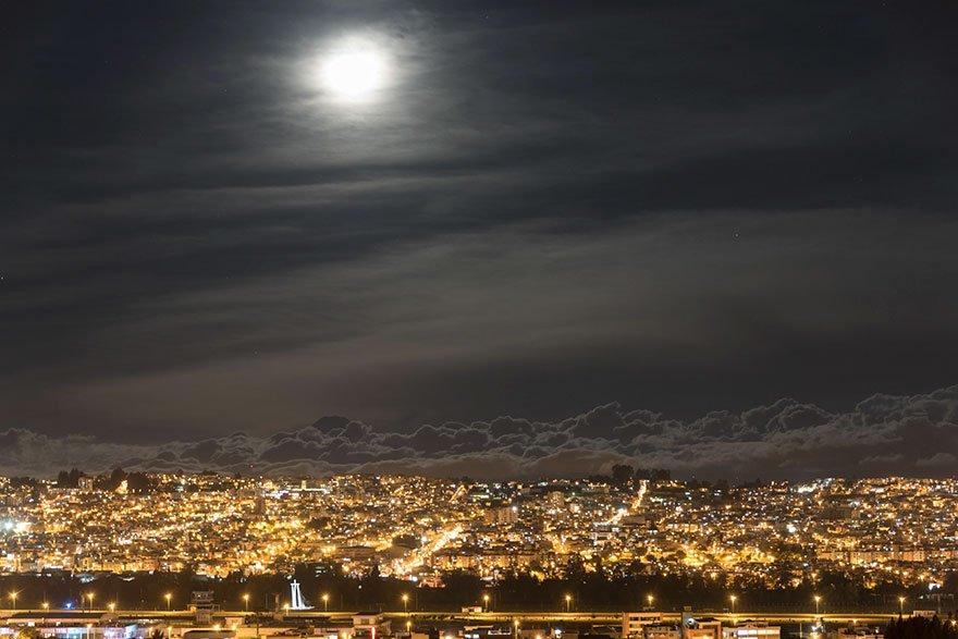 Superměsíc v ekvádorském Quito zachycený ve výšce 2 900 m, foto: Santiago Borja Lopez