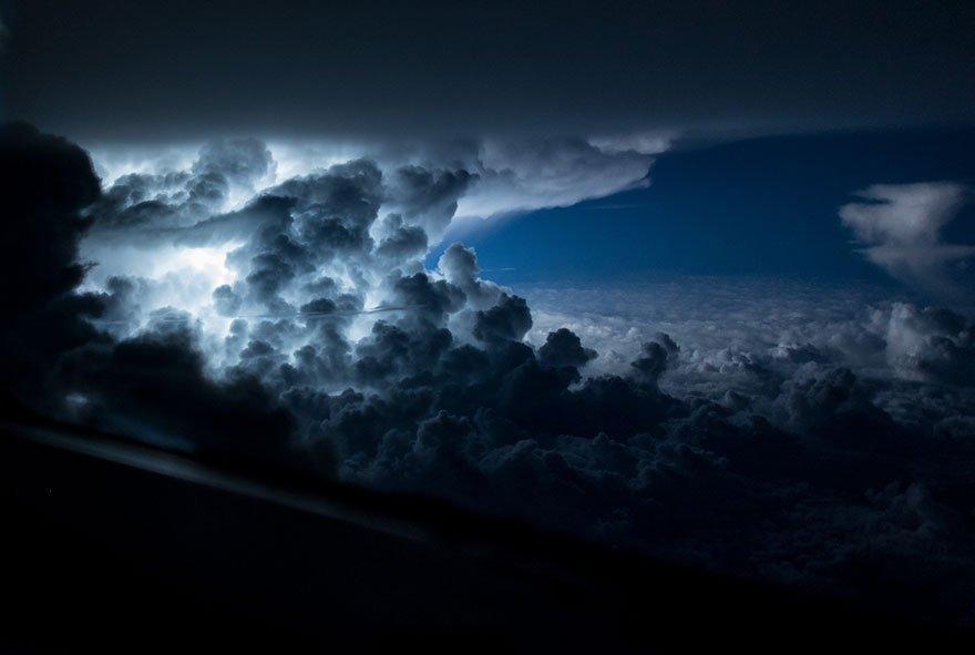 Velkolepá bouře, která se rozrůstala nad Atlantickým oceán pár kilometrů od Jamajky, foto: Santiago Borja Lopez